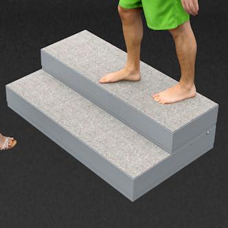 Porealtaan portaat raput. Leveys 121 cm, korkeus 33,5 cm. Ylin askelma 121 x 40 cm, alempi askelma 121 x 30 cm.